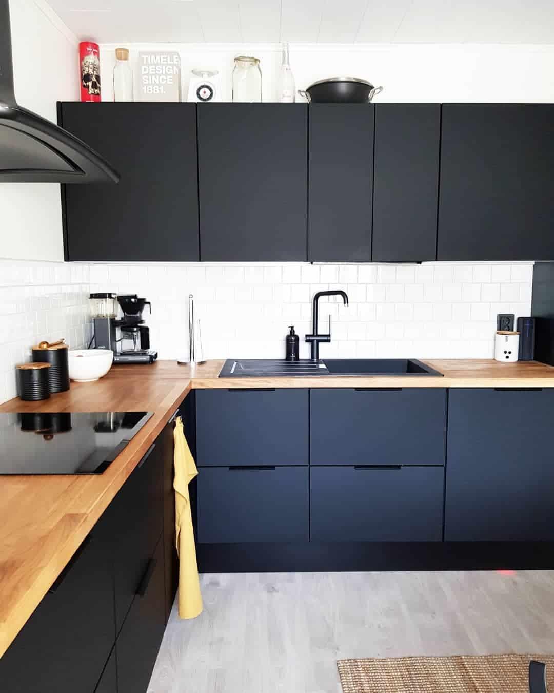фото-черных-кухонь-в-интерьере