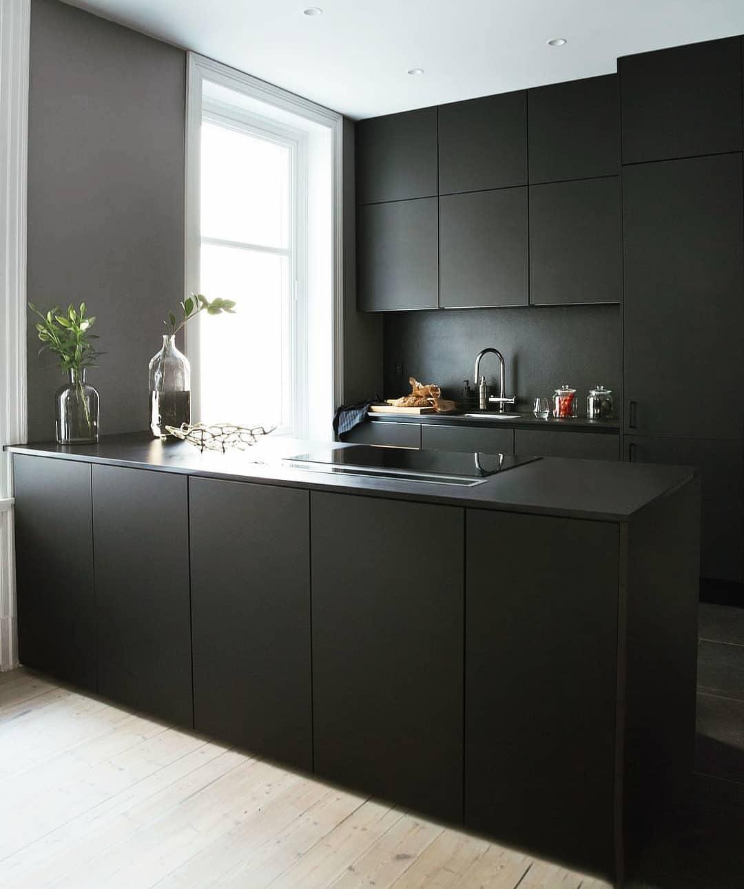 черно-белая-кухня-в-интерьере