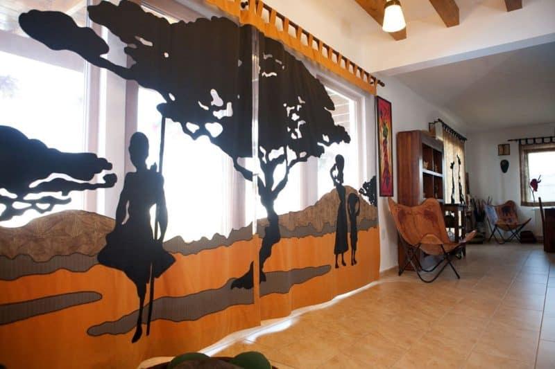 Африканский стиль в интерьере: шторы с принтом